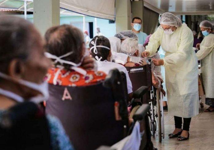Vacinação de idosos no DF - Foto: Breno Esaki/Agencia Saúde DF