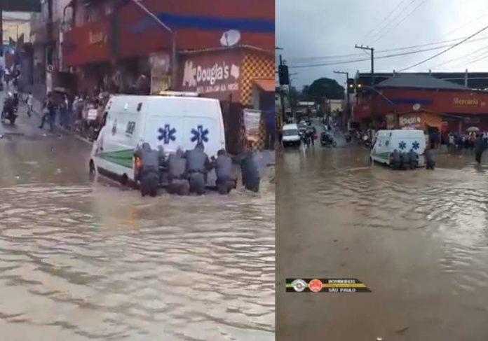 Bombeiros empurram ambulância na enchente - Fotos: Bombeiros PMESP