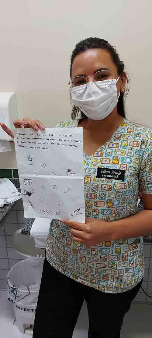 Débora com a cartinha - Foto: Klenyo Galvão