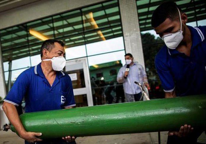 Cilindros de oxigênio chegam nesta 2ª em Manaus - Foto: Raphael Alves / EFE