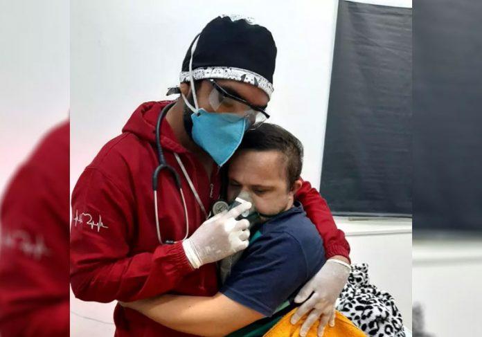 Ray abraçando Émerson - Foto: Mirene Borges da Silva/Divulgação