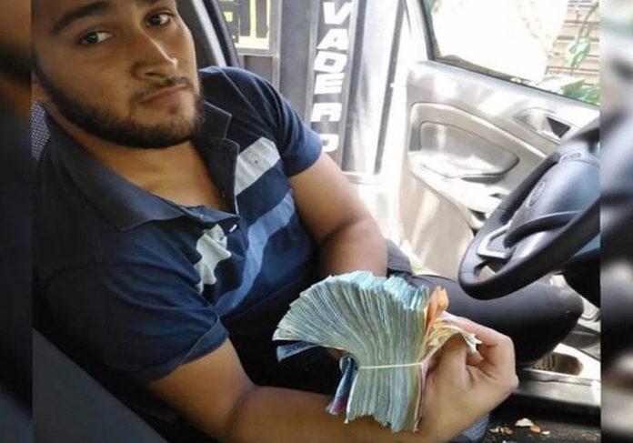 Santiago com o maço de dinheiro - Foto: reprodução / Diario deCuyo