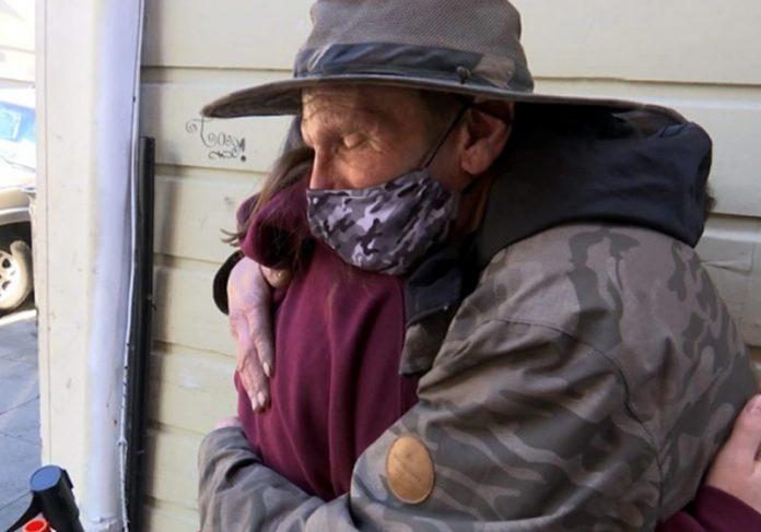Mikayla abraçando Sean Curry na rua - Foto: reprodução / NBC