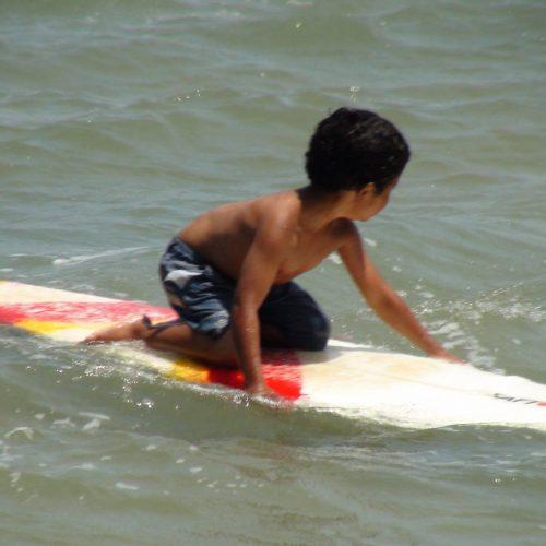 Menino do projeto Surfar na praia - Foto: divulgação