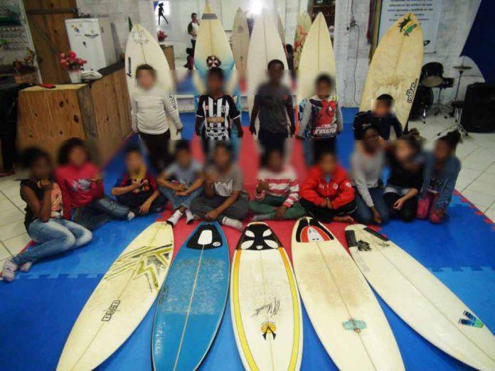 Crianças do projeto Surfar - Foto: divulgação