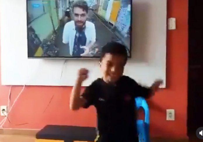Heitor assistindo Daniel Toco na TV - Foto: reprodução / Intagram