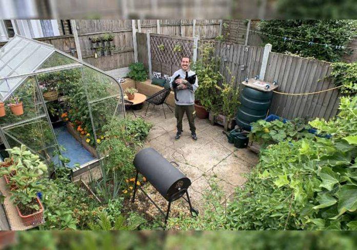 Alessandro na horta que fez no quintal - Foto: SWNS