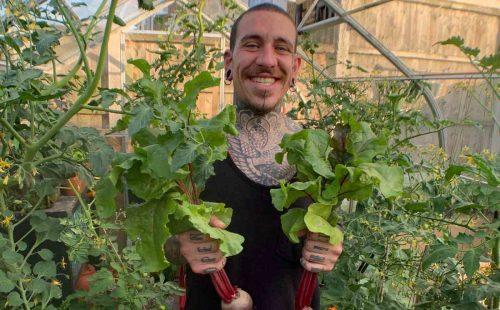 Alessandro com as plantas - Foto: SWNS