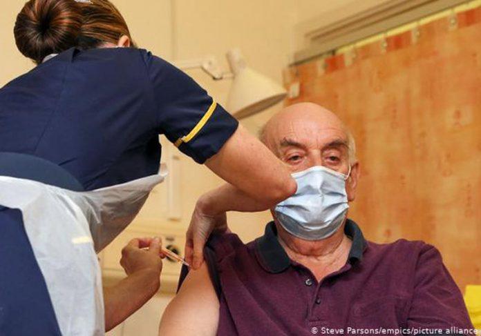 Brian Pinker recebe 1ª dose da vacina de Oxford no Reino Unido - Foto: Steve Parsons / empics / pictures / aliance