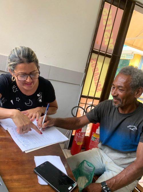 Eliane ensinando seu José - Foto: Bianca Cardoso