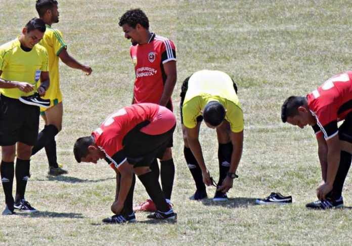 Árbitro dando chuteira para jogador - Fotos: Julio César Rojas