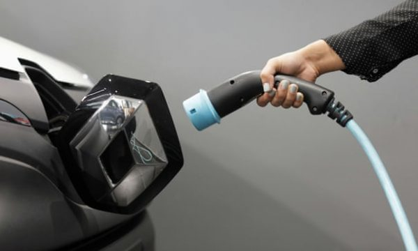 Motorista abastece carro elétrico - Eric Gaillard/Reuters