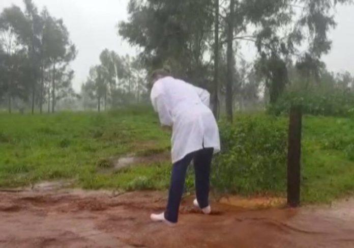 Ângela atravessando a enxurrada para vacinar - Foto: reprodução / TV Globo