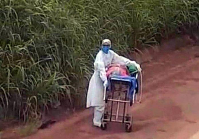 Enfermeira empurra maca na Transamazônica - Foto: arquivo pessoal