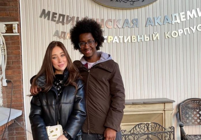 Laura com Mamadu Foto: Instagram @laura_kulchieva