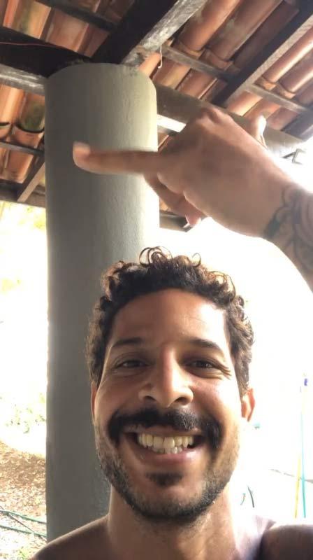 Juan e a pilastra onde fica o ninho- Foto: arquivo pessoal