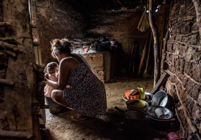 Mãe e filho em casa de barro - Foto: Bismarck Araújo
