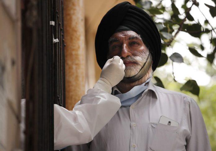 Homem faz teste de covid-19 na Índia - Foto: Manish Swarup/AP