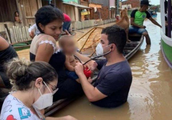 Médico e enfermeira atendendo na água na semana passada: Foto: arquivo