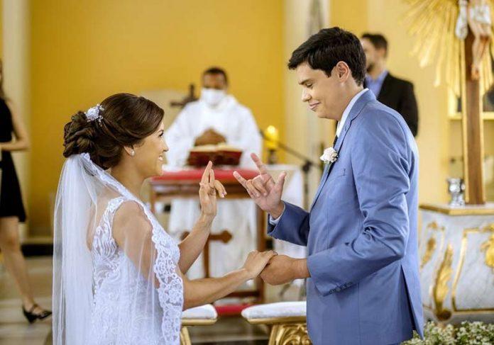 O casal e o padre ao fundo na cerimônia em Libras - Foto: Djeison Zennon/Estúdio Casa Amarela/Divulgação
