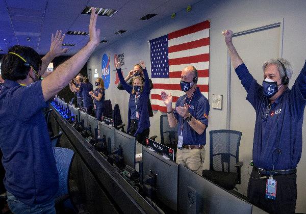 A equipe comemora o pouso Foto: New York Times