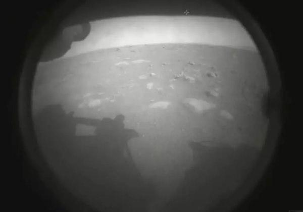 """""""Olá Mundo. Meu primeiro olhar na minha casa eterna"""", escreveu a conta no Twitter da sonda Perseverance ao postar a primeira imagem registrada em Marte Foto: Twitter/ Reprodução"""