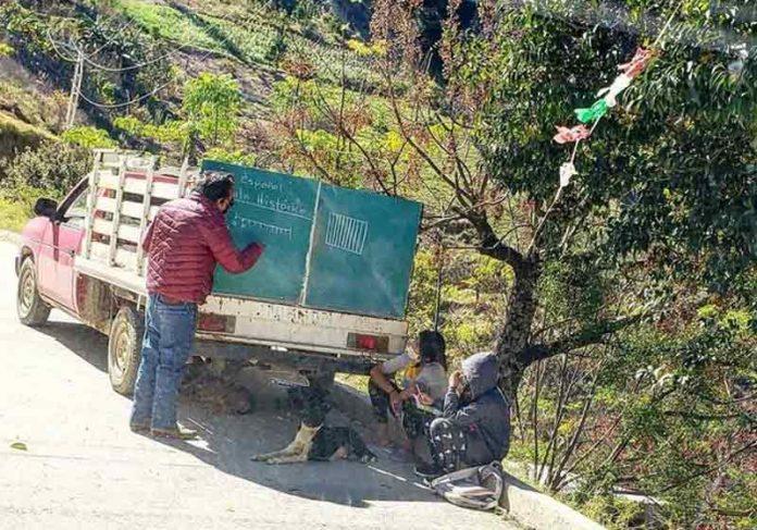 Prof. Salvador dá aula no caminhão - Foto: Twitter @Fherdsan
