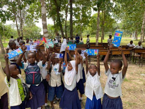 Crianças com uniforme e material escolar - Foto: arquivo pessoal
