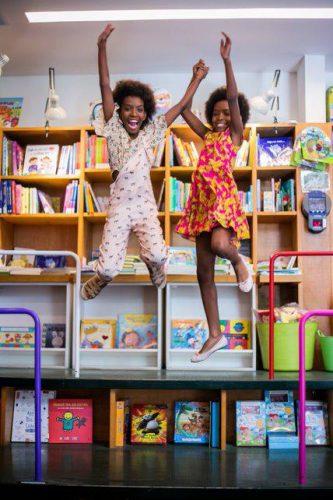 """Helena e Eduarda, as irmãs gêmeas do projeto """"Pretinhas Leitoras"""". - Foto: CCBB Educativo"""