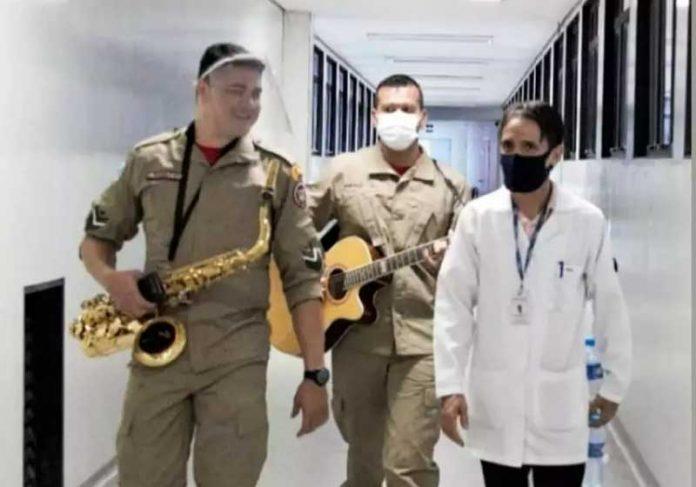 Bombeiros levam música aos corredores do Hospital Universitário da UFMS. - Foto: arquivo pessoal