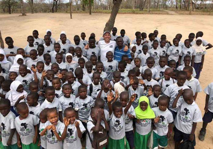Clayton com crianças que ajuda na África - Foto: arquivo pessoal