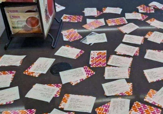 Cartões-presente pagos pelo cliente anônimo - Foto: reprodução / Samantha Owens