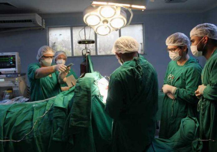Hospital opera paciente acordado e retira tumor que provocava crises de epilepsia. - Foto: reprodução Ophir Loyola
