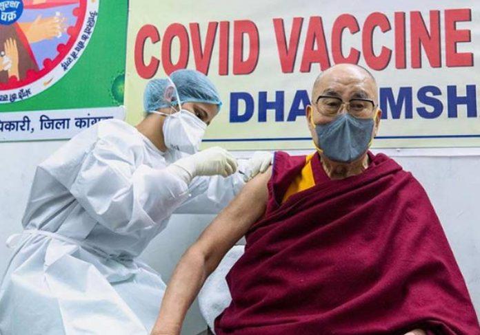 Dalai Lama sendo vacinado contra Covid-19 - Foto: Tenzin Choejor / Instagram
