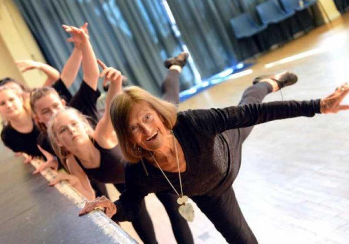 Dinkie completará 100 anos e vai comemorar dando aulas de ginástica para ajudar a caridade. - Foto: Lesley Tomlinson / SWNS