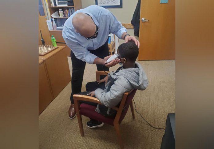 Diretor corta cabelo de aluno para ajudá-lo a se sentir mais confiante na escola. - Foto: Lewis Speaks Sr.