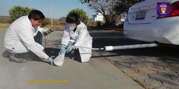 Martin e Sarah extraindo os sais do filtro de carro que eles criaram. - Foto: reprodução YouTube