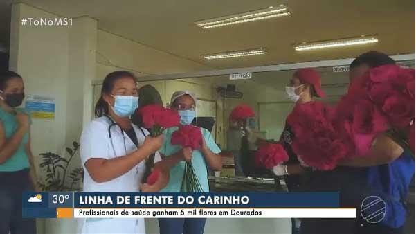 Flores são entregues a profissionais de saúde em MS — Foto: Reprodução/TV Morena