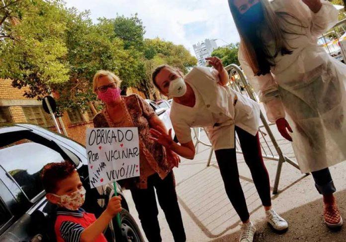 Davi levou uma placa agradecendo a vacinação da avó, que é o grande amor da vida dele! — Foto: Rubia Rossi/Arquivo Pessoal