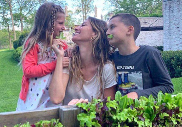 Gisele e os filhos, em campanha de divulgação para o Projeto TiNis. - Foto: Facebook | Gisele Bündchen