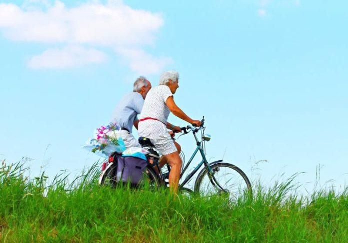 Idosos andando de bike - Foto: Pixabay/ Mabel Amber Messianic Mystery