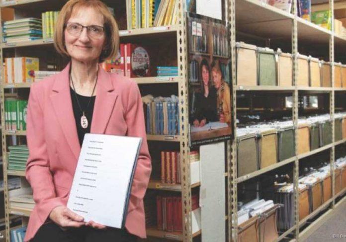 Debra Bonde transcreve livros em braile desde 1984. - Foto: reprodução