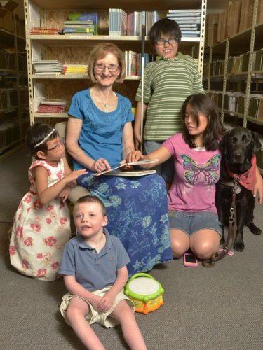 Debra e crianças deficientes visuais. - Foto: reprodução