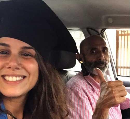 Roberta e o pai, no dia da formatura, em Santos | Foto: Roberta Mascena