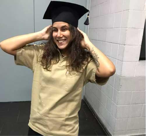 Roberta Mascena no dia da formatura e com parte do uniforme de faxineira da mãe | Foto: Roberta Mascena