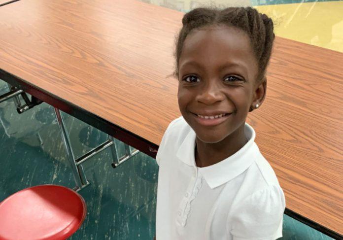 Com apenas 8 anos, Peyton já ajuda crianças sem-teto e diz que toda deseja vê-las felizes e sorrindo. - Foto: reprodução Fox News