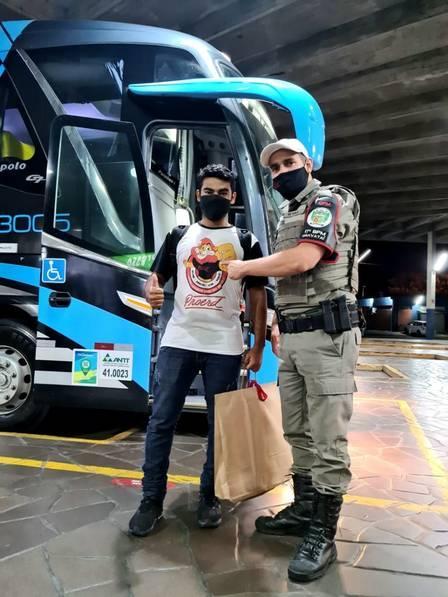 Matheus recebe boas vindas do amigo PM - Foto: divulgação/Brigada Militar do RS