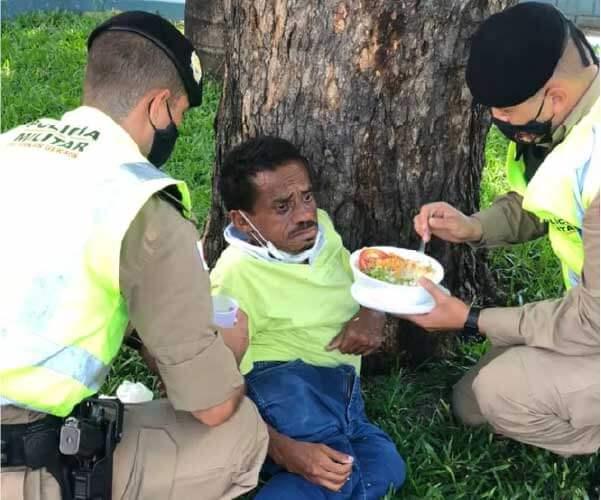 Policiais ajudam sem-teto a se alimentar. - Foto: reprodução redes sociais