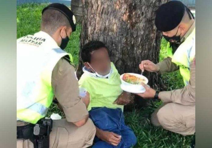 Policiais alimentam sem-teto que têm deficiência, em Ipatinga (MG) - Foto: reprodução redes sociais