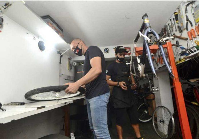 Fábio e Vantuir trabalham juntos na restauração das bicicletas — Foto: Fábio Gianolla/Arquivo pessoal